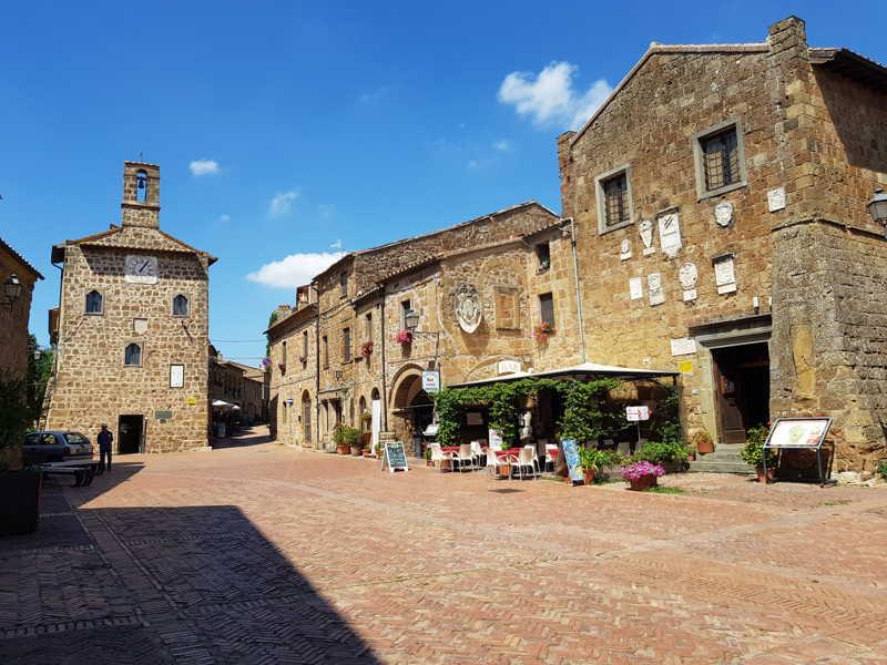 sovana-piazza agriturismo toscana